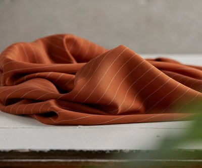 meetMilk - pin stripe TWILL SPICE met TENCEL™ Lyocell vezels €25,9 p/m